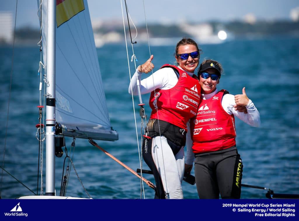 Fabienne Oster und Anastasiya Winkel sicherten sich im Medal Race die Silbermedaille. Foto: Sailing Energy