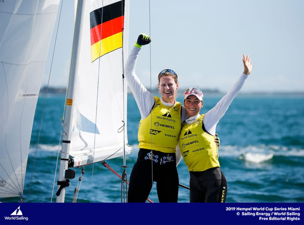 Frederike Loewe und Anna Markfort jubeln über ihre erste World Cup-Medaille. Foto: Sailing Energy