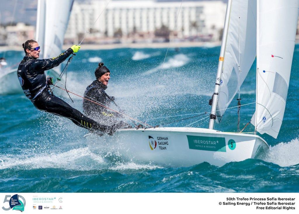 Die 470er-Damen segelten ihr Medal Race bei anspruchsvollen Wind- und Wellenbedingungen. Frederike Loewe/Anna Markfort wurden achte, das Juniorenteam Luise und Helena Wanser neunte. Foto: Sailing Energy/Trofeo Princesa Sofia
