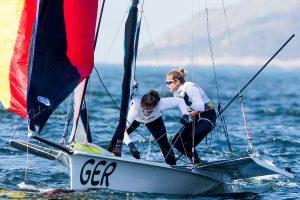 Victoria Jurczok und Anika Lorenz im 49er FX geben sich kämpferisch (© Sailing Energy / World Sailing)