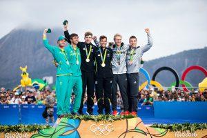 Bei der Siegerehrung mit dem Neuseeländern (Gold) und den Australiern (Silber). © Sailing Energy