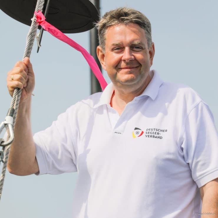 Clemens Fackeldey auf dem Startschiff. Er half im Wettfahrtleiterteam auf der Bahn der 29er. Foto: Christian Beeck/segel-bilder.de