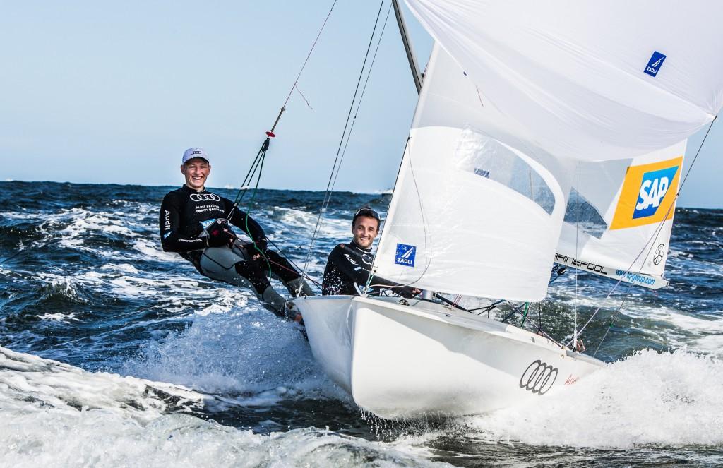 Liegen in der nationalen Olympia-Qualifikation uneinholbar in Führung: das 470er-Team Ferdinand Gerz (Seglerverein Wörthsee) und Oliver Szymanski (Joersfelder Segel-Club) i