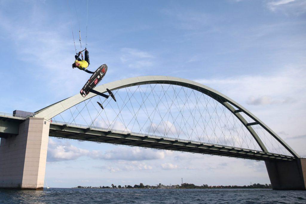 Mit spektakulären Sprüngen un deinen neuen Rund Fehmarn-erekord begsieterte Florian Gruber beim Kitesurf Wold Cup. Foto. Act Agency