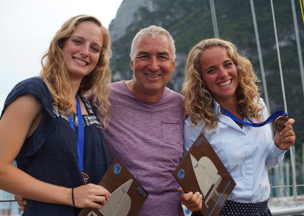 Ulf Lehmann freut sich mit Helena und Luise Wanser über Junioren-EM-Bronze im 470er