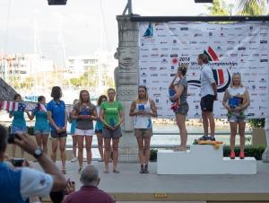 Siegerehrung in Mexiko: Neue Weltmeisterin im Laser Radial ist die Britin Alison Young Foto: John Pounder/JLDigitalMedia