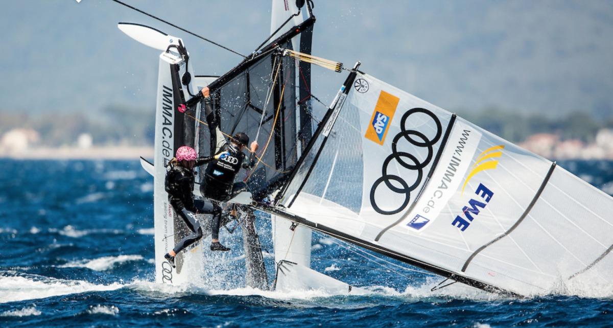 Dramatische Szene in der 1. Wettfahrt: Paul Kohlhoff und Carolina Werner kentern vor Hyères. Foto: Pedro Martinez/Sailing Energy/World Sailing
