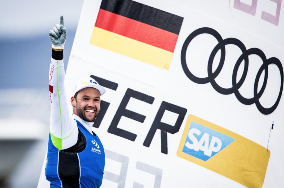 So jubeln Sieger: Philipp Buhl nach dem Gewinn des Weltcups vor Hyères Pedro Martinez/Sailing Energy/Weltcup Hyères