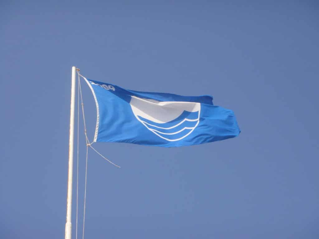 Die blaue Flagge weht dort, wo besondere Umwelt-, Sicherheits- und Servicebedingungen erfüllt werden. Foto: Wikimedia Commons