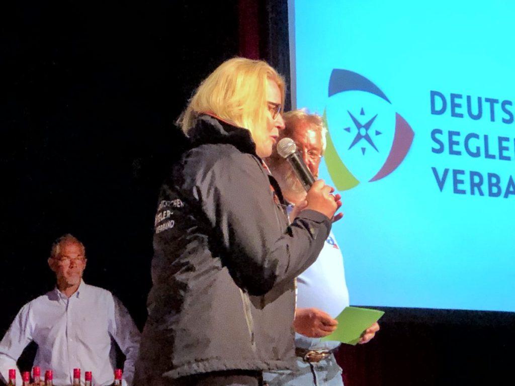 """Mona Küppers übergab den Preis für die erstmals ausgetragene Doublehand Challange an die Crew der """"halbtrocken""""."""