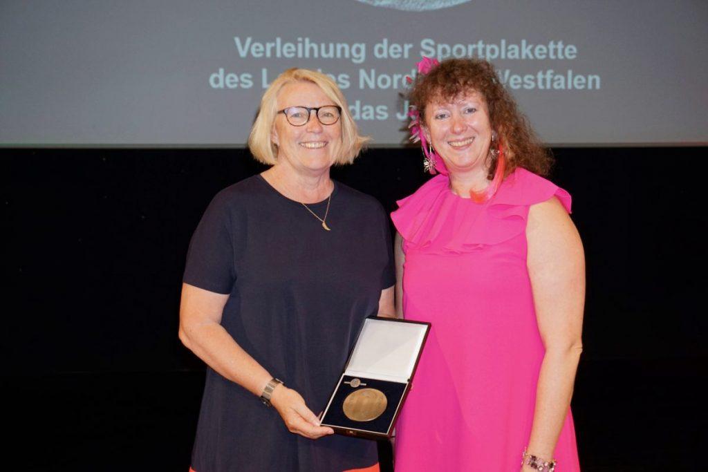 Mona Küppers erhielt die Sportplakette des Landes Nordrhein-Westfalen aus der Hand von Staatssekretärin Andrea Milz.