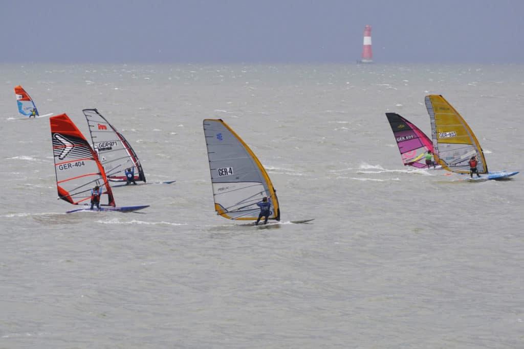 Wind und Tide forderten die Teilnehmer beim Surfbundesliga-Finale vor Wilhelmshaven. Foto: Thorsten Schwarz
