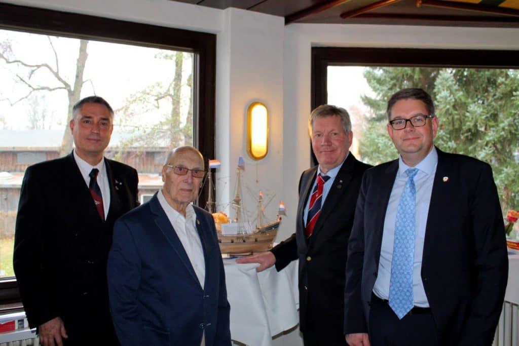 v.l.: Ralf Rohdemann (1. Vorsitzender JSC), Werner Richter (der Jubilar), Bernd-Leopold Käther (Ehrenmitglied JSC), Clemens Fackeldey (Vizepräsident Deutscher Segler-Verband)