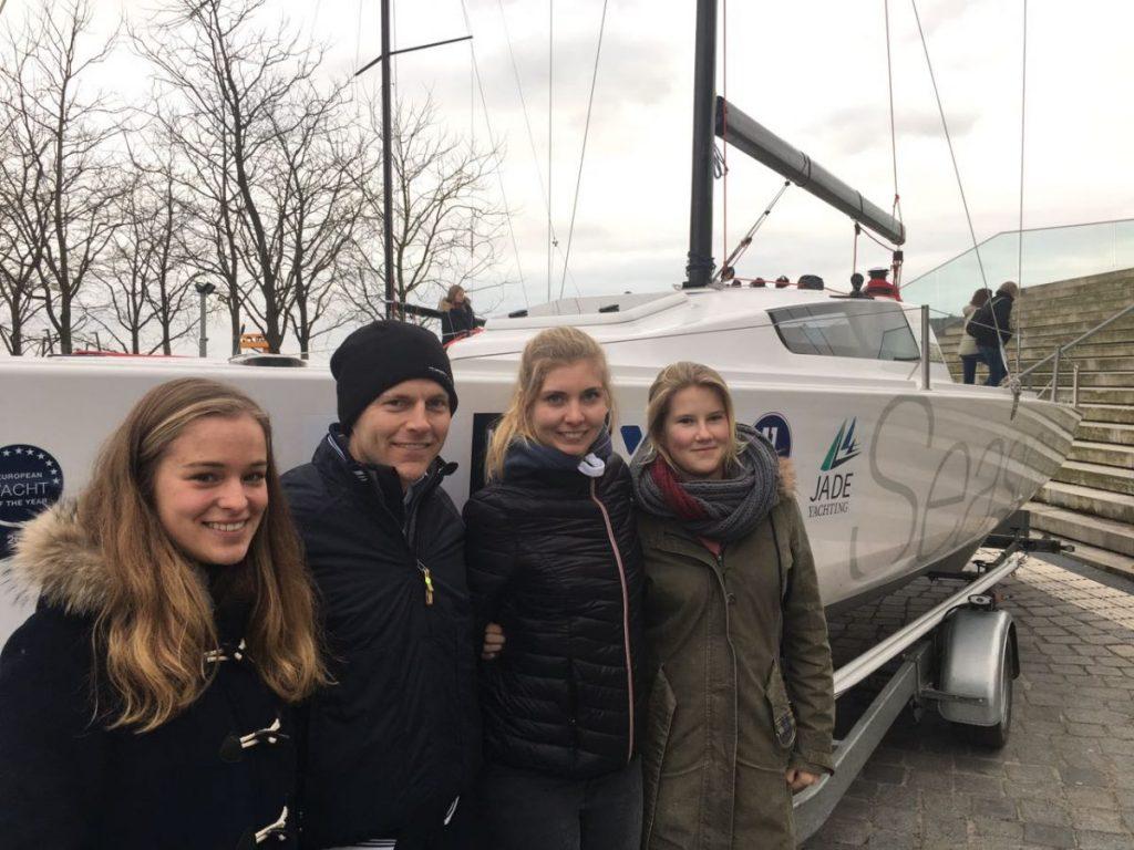 Helga Cup DSV-Kaderseglerinnen: Beim Regatta-Workshop im Februar schauten sich Freya Feilcke, Laura Bo Voß und Maru Scheel das Helga-Boot Seascape 24 schon einmal an. Bild: Laura Bo Voß