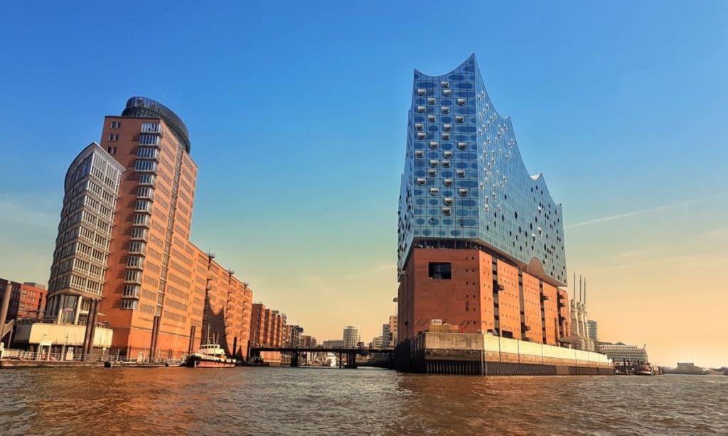 In Hamburgs Wahrzeichen, der Elbphilharmonie, findet das benefizkonzert zugunsten der Stiftung Hochseesegeln statt. Foto: Yan/Unsplash.com